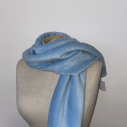 selbstgenähter hellblauer Schal