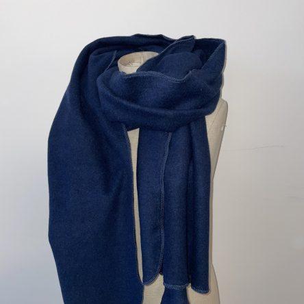 selbstgenähter dunkelblauer Schal