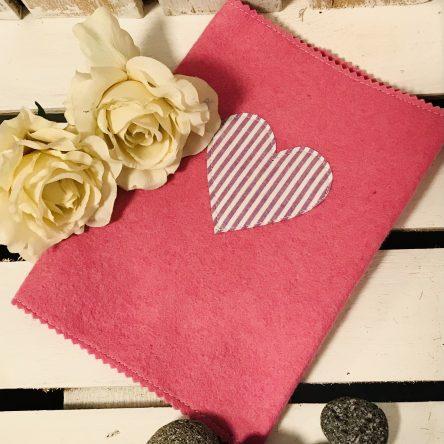 U-Heft-Hülle aus Filz – Pink mit Herz