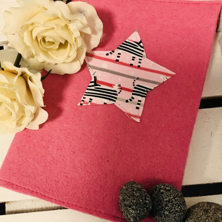 U-Heft-Hülle aus Filz – Pink mit Stern
