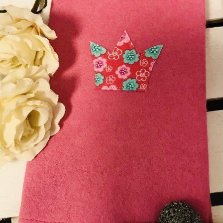 U-Heft-Hülle aus Filz – Pink mit Krone